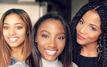 Μητέρα μεγαλώνει πλάι στις κόρες της και γίνεται συνεχώς ομορφότερη