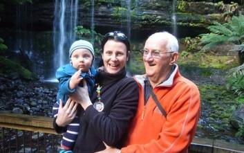 Μια γυναίκα που δεν μπορούσε να κάνει παιδιά και ένας 77χρονος έγιναν γονείς