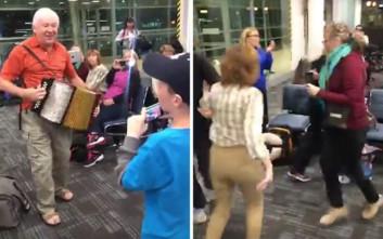Έστησαν πάρτι στο αεροδρόμιο περιμένοντας την πτήση τους