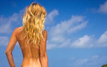 Ξανθιά, νεαρή και γυμνή γυρνάει την Αυστραλία για να αποδείξει πως το γυμνό δεν είναι… σέξι