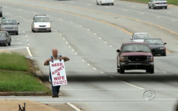 Έψαχνε με ένα πλακάτ στους δρόμους να βρει νεφρό για τη γυναίκα του και… βρήκε