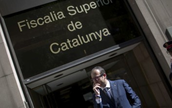 The mayor of Mollerussa city, Marc Solsona leaves the district attorney's office of Catalonia, in Barcelona, Spain, Tuesday, Sept. 19, 2017. Dozens of pro independence supporters gather outside the district attorney's office of Catalonia to support the mayor of Mollerussa city, Marc Solsona, as he testifies as part of the probe into 712 mayors who are aiding the referendum vote. (AP Photo/Emilio Morenatti)