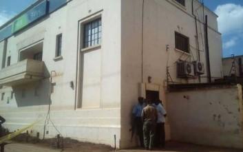 Ληστεία τράπεζας βγαλμένη από ταινία απέναντι από αστυνομικό τμήμα