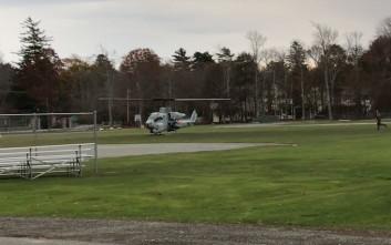 «Πάρκαρε» επιθετικό ελικόπτερο δίπλα σε μπαρ για να πάρει το κινητό του