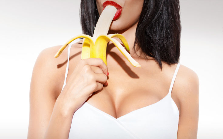 Έτρωγε «προκλητικά» μία μπανάνα σε βιντεοκλίπ και συνελήφθη