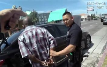 Βίντεο εμφανίζει αστυνομικούς να «φυτεύουν» κοκαΐνη στο πορτοφόλι μαύρου Αμερικανού