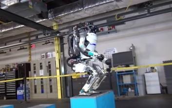 Ανθρωποειδές ρομπότ κάνει παρκούρ και επιδεικνύει την ευελιξία του