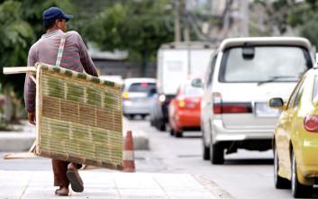 Άστεγος έδωσε τα τελευταία του χρήματα για να βοηθήσει και παίρνει ένα μεγάλο δώρο