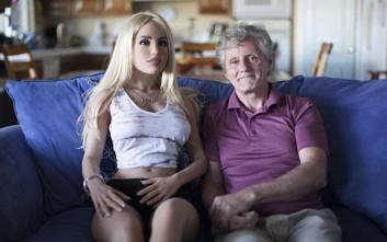 «Απατά» τη γυναίκα του με κούκλα του σεξ και η σύζυγος δεν έχει κανένα πρόβλημα