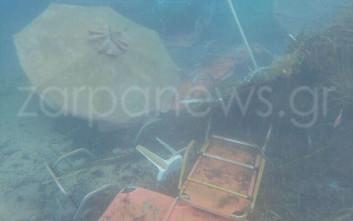 Ξαπλώστρες και ομπρέλες στον βυθό της θάλασσας στα Χανιά