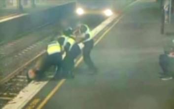 Η δραματική διάσωση γυναίκας από τις ράγες λίγο πριν φτάσει το τρένο