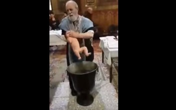 Παπάς βάφτιζε βρέφος και του έκλεισε το στόμα για να μην κλαίει