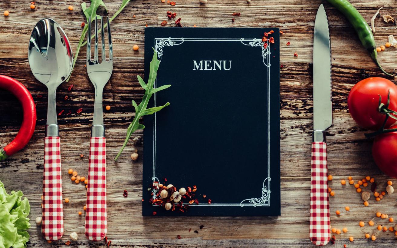 Τα τρικ στα μενού των εστιατορίων και πώς επηρεάζουν τελικά τι θα φας