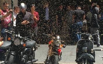 Η βασίλισσα, η κόκκινη μηχανή και ένας δρόμος γεμάτος μέλισσες