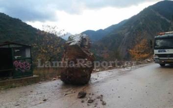 Τεράστιος βράχος έπεσε σε δρόμο της Ευρυτανίας