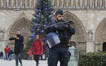 Περισσότεροι από 140.000 αστυνομικοί θωρακίζουν τη Γαλλία ενόψει πρωτοχρονιάς