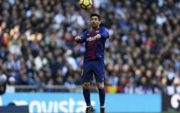 Barcelona's Lionel Messi controls the ball during the Spanish La Liga soccer match between Real Madrid and Barcelona at the Santiago Bernabeu stadium in Madrid, Spain, Saturday, Dec. 23, 2017. (AP Photo/Francisco Seco)