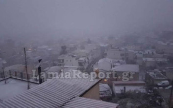 Χιονίζει αυτή την ώρα στη Λαμία