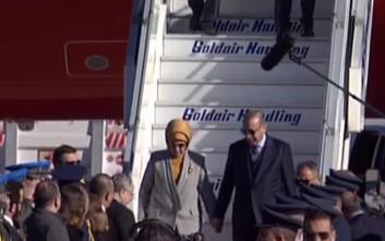 Ερντογάν και Εμινέ κατέβηκαν από αεροπλάνο πιασμένοι χέρι-χέρι