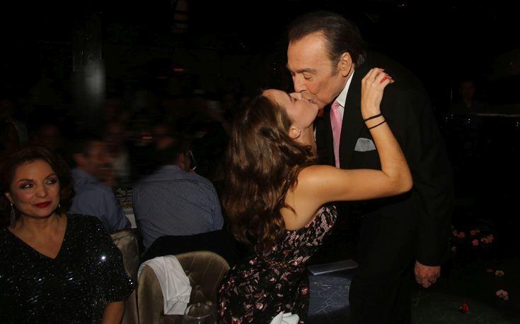 Ο Τόλης, το γαρύφαλλο και το φιλί στην πίστα