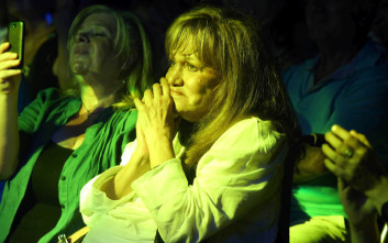Η Μαίρη Χρονοπούλου τραγουδάει «του αγοριού απέναντι» και συγκινεί