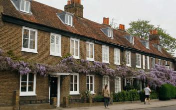 Ανάστατοι οι πλούσιοι κάτοικοι λονδρέζικου προαστίου από γειτόνισσα που… προειδοποιεί