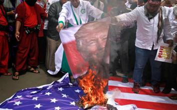 Υπό «πολιορκία» για μία ακόμη ημέρα η αμερικανική πρεσβεία στην Ινδονησία