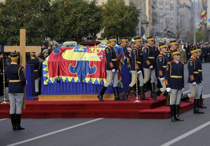 Honor guard soldiers perform next to the coffin of the late Romanian King Michael during the funeral ceremony in Bucharest, Romania, Saturday, Dec.16, 2017. Tens of thousands of Romanians joined the European royals on Saturday to pay their respects to late King Michael as a state funeral got underway. Michael, who ruled Romania twice before being forced to abdicate by the communists in 1947, died at the age of 96 in Switzerland this month. (AP Photo/Vadim Ghirda)