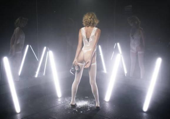 Η Elsa Hosk σέξι και αποκαλυπτική στο βίντεο του Love