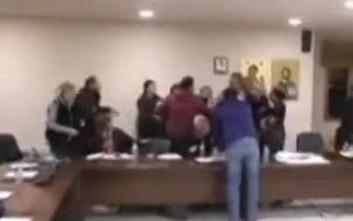 Πιάστηκαν στα χέρια στο Δημοτικό Συμβούλιο της Μάνδρας