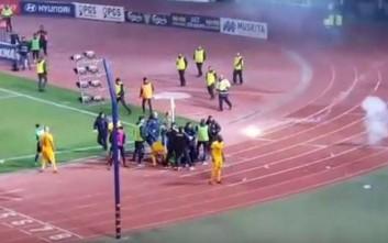 Φωτοβολίδα χτύπησε ball boy στην Κύπρο στο ντέρμπι ΑΕΛ-ΑΠΟΕΛ