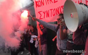 Με συνθήματα και καπνογόνα ξεκίνησε το μαθητικό συλλαλητήριο