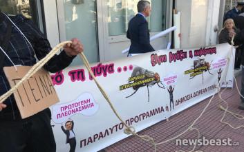 Η διαμαρτυρία της ΠΟΕΔΗΝ με... μύγα που βγάζει ξίγκι και μάσκες Πολάκη-Τσίπρα