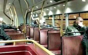 Απλά έβγαλαν τα ρούχα τους και έκαναν σεξ στο λεωφορείο