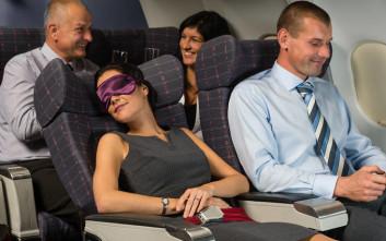 Πώς μπορείτε να κοιμηθείτε σαν πουλάκι μέσα στο αεροπλάνο