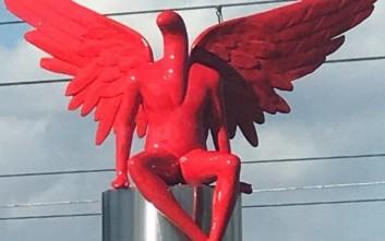 Καθάρισαν από τη λευκή μπογιά το άγαλμα Phylax στο Παλαιό Φάληρο