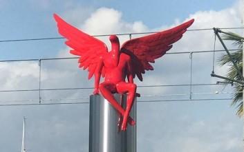 Ο κόκκινος ακέφαλος άγγελος στο Παλαιό Φάληρο