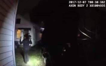 Αστυνομικοί με όπλα περνούν χειροπέδες σε 11χρονη που ουρλιάζει για βοήθεια