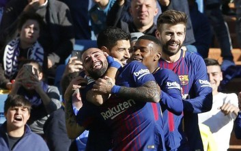Barcelona's Aleix Vidal, left, celebrates after scoring his team's 3rd goal during a Spanish La Liga soccer match between Real Madrid and Barcelona at the Santiago Bernabeu stadium in Madrid, Spain, Saturday, Dec. 23, 2017. (AP Photo/Paul White)