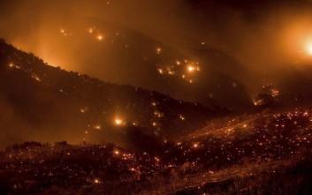 Οι φλόγες συνεχίζουν να απειλούν χιλιάδες κατοικίες στην Καλιφόρνια