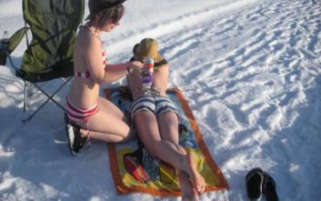 Ποιος είπε ότι χιόνι και μαγιό δεν πάνε μαζί
