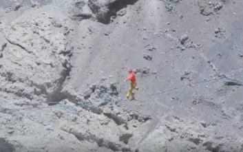 Σχοινοβατώντας πάνω από ενεργό ηφαίστειο