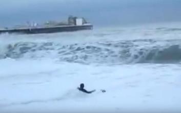 Έδωσε μάχη μέσα στα κύματα για να σώσει τον σκύλο της