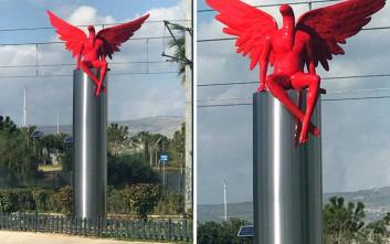 Η απάντηση του γλύπτη που έφτιαξε τον κόκκινο άγγελο που αναστάτωσε