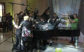 Είκοσι χέρια παίζουν ταυτόχρονα ένα κομμάτι σε ένα πιάνο