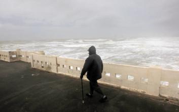 Οι ισχυροί άνεμοι έριξαν γερανό πάνω σε σπίτια