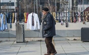 Κρέμασαν 300 γραβάτες για τον διπλασιασμό του μισθού του κοσοβάρου πρωθυπουργού