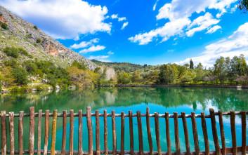 Η όμορφη λίμνη κάτω από τον Ψηλορείτη