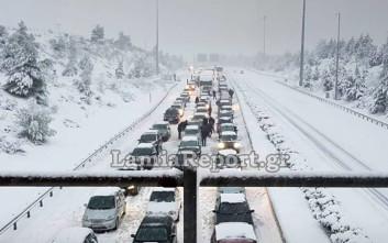 Εγκλωβισμένοι οδηγοί στο χιονιά και ουρές χιλιομέτρων στην εθνική οδό
