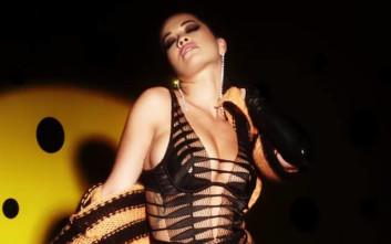 Η Rita Ora χορεύει αισθησιακά με τα εσώρουχα